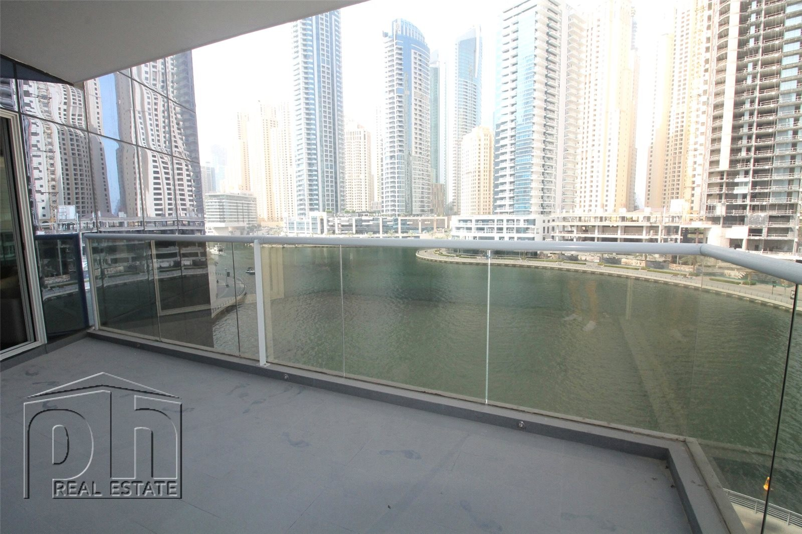 Stunning 2bed with full marina view 12 cheques