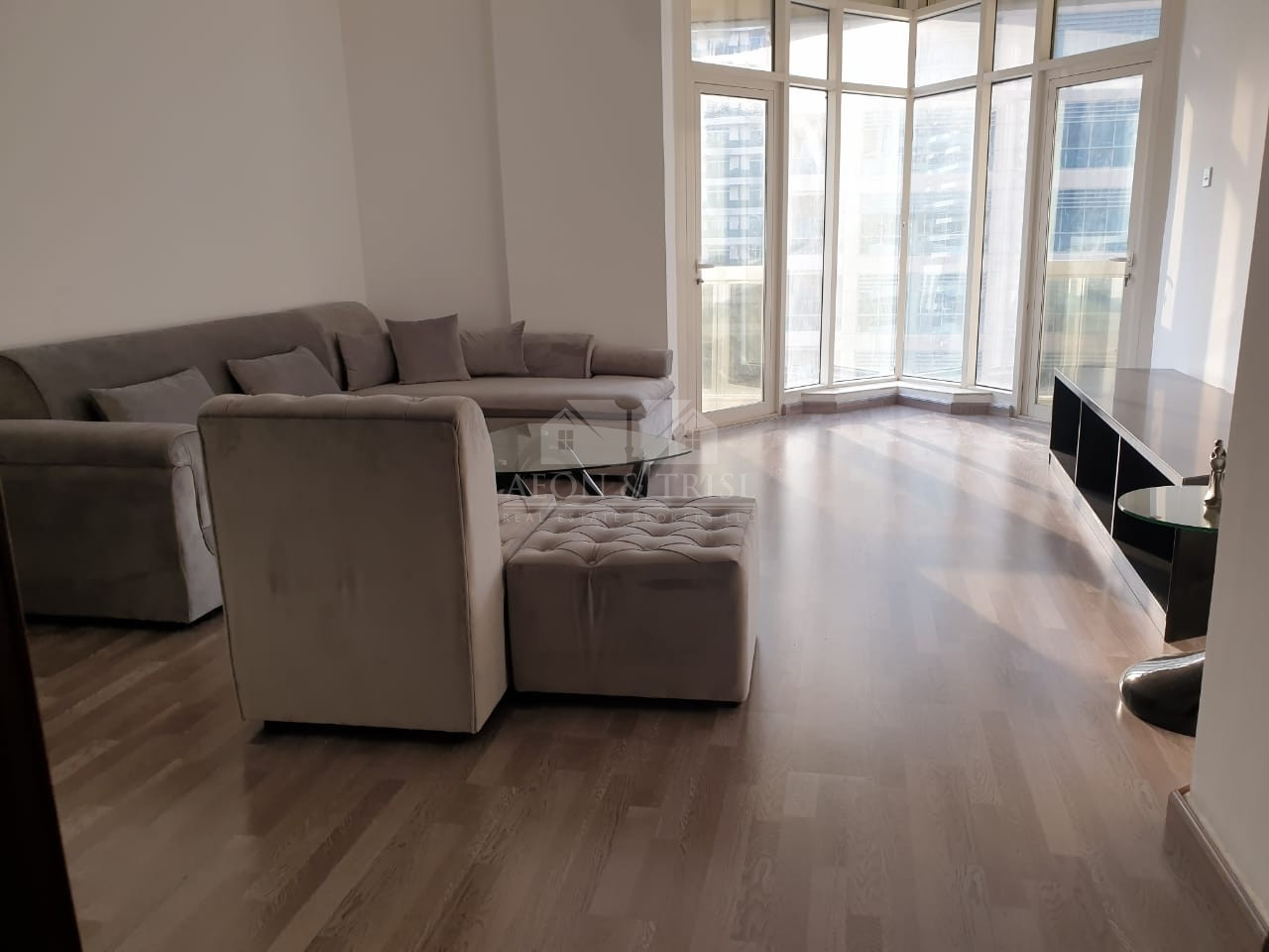 **12 Cheques** Upgraded Furnished 1 BR + Study Apt